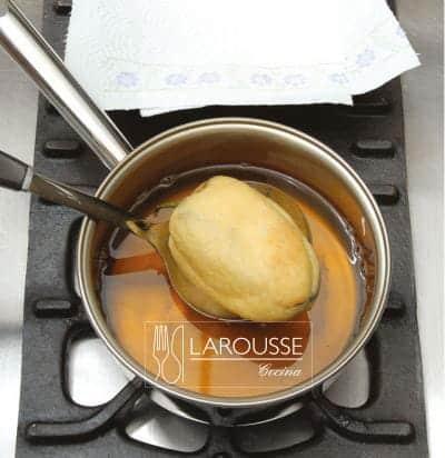 <p>Retire el chile del aceite y elimine el exceso de grasa dejándolo escurrir sobre papel absorbente.</p>
