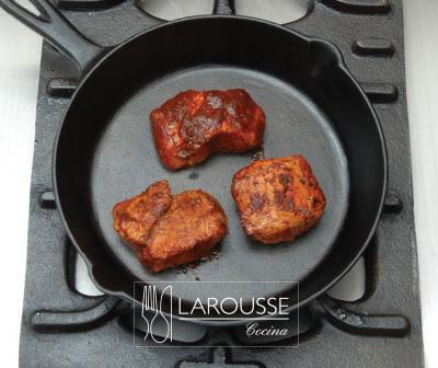 <p>Frías las piezas de carne en un sartén grueso con poca grasa, volteándolas ocasionalmente para que se doren por todos lados.</p>