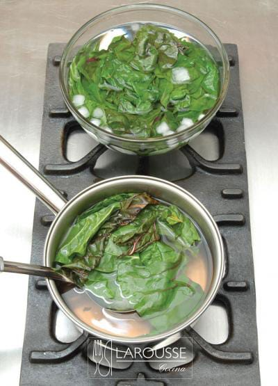 <p>Retire las acelgas del agua y trasládelas a un recipiente con agua y cubos de hielo para detener su cocción.</p>