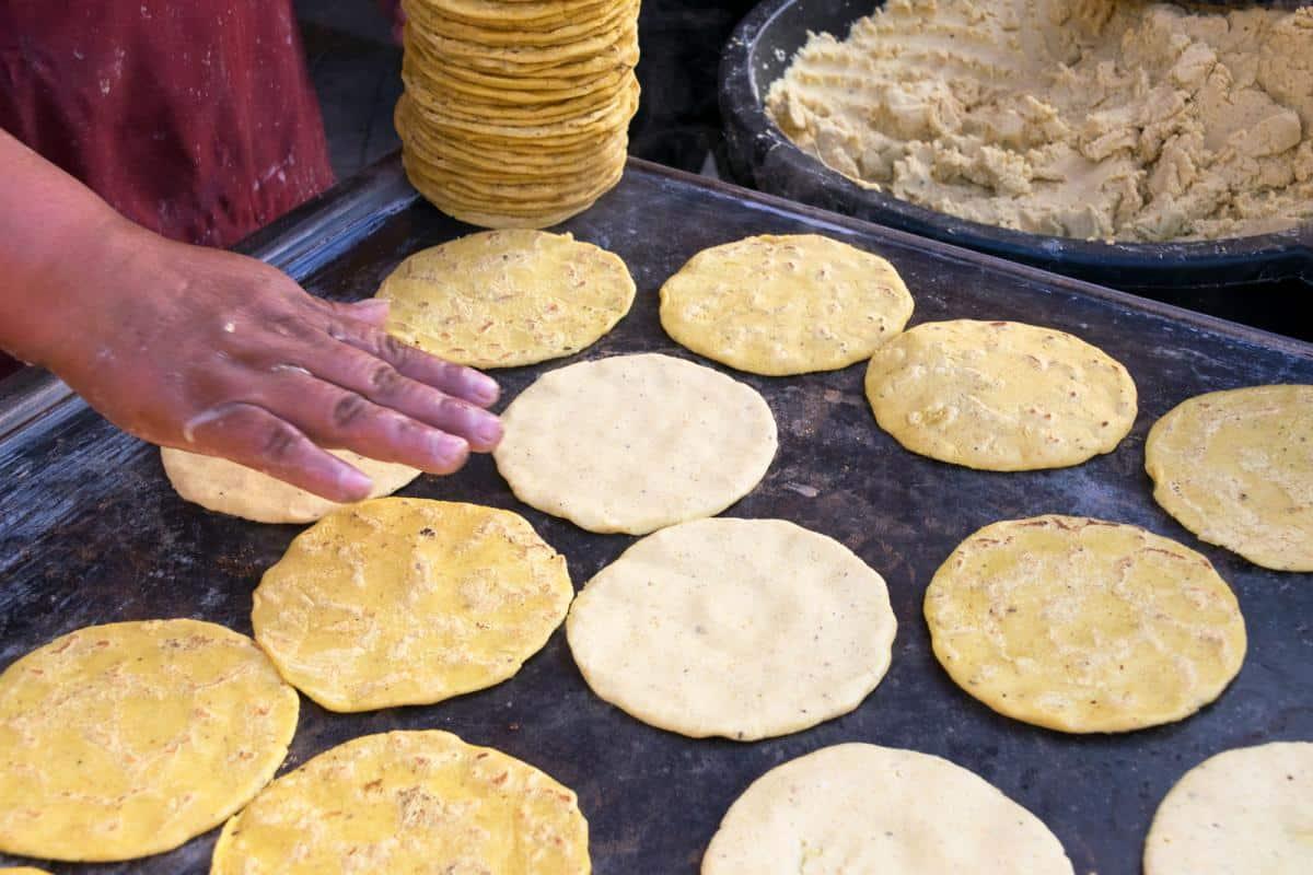 El comal es un utensilio imprescindible al momento de elaborar tortillas a mano. Foto: Shutterstock.