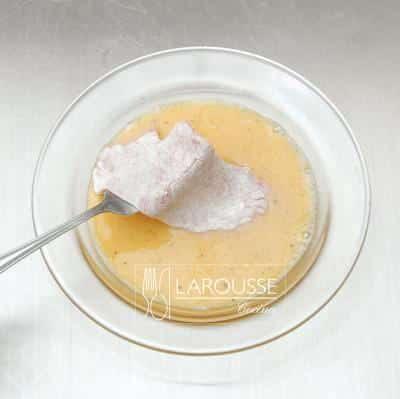 <p>Bata los huevos ligeramente y añádales sal y pimienta. Sumerja la carne en el huevo.</p>