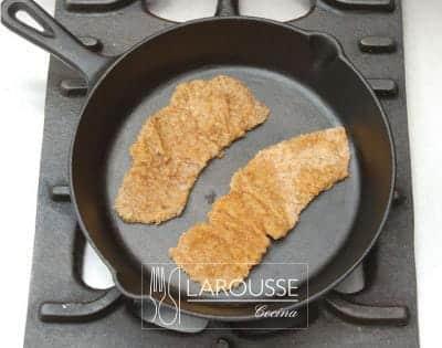 <p>Caliente el aceite en un sartén y fría a fuego medio la carne hasta que esté bien cocida y dorada.</p>