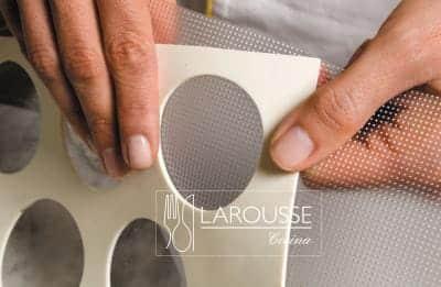 <p>Poner en la superficie de trabajo una hoja de relieve y encima un esténcil.</p>