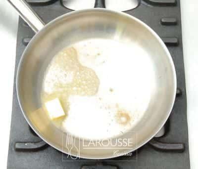 <p>Ponga sobre el fuego un sartén con un poco de mantequilla y caliéntela.</p>