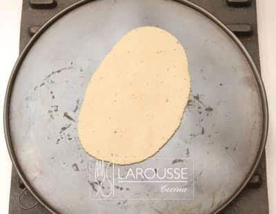 <p>Con la prensa de tortillas forme una tortilla ovalada y colóquela sobre un comal caliente durante 30 segundos aproximadamente.</p>