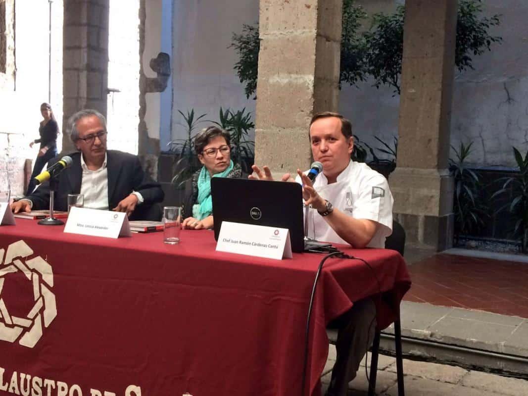 Chef Juan Ramón Cárdenas presenta libro en la Universidad del Claustro de Sor Juana.