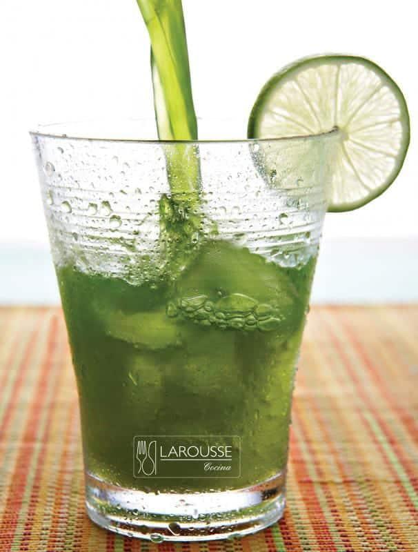 agua de limón con alfalfa