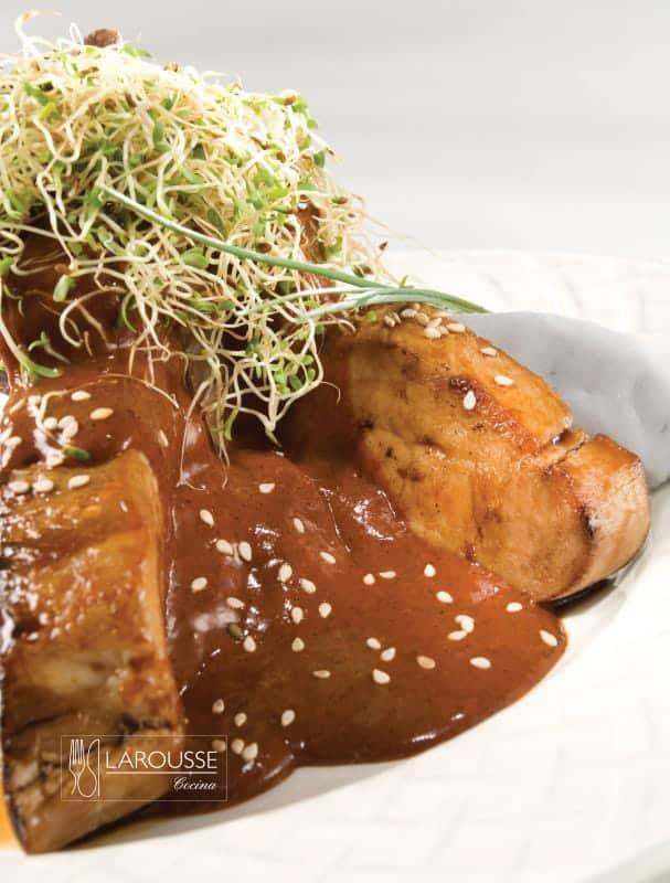 cordero-con-adobo-hoisin-y-pure-de-papas-moradas-001-larousse-cocina