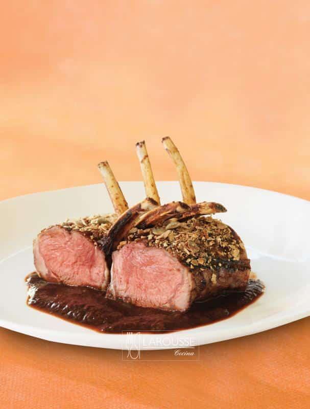 costillitas-de-borrego-con-corteza-de-pepitas-001-larousse-cocina