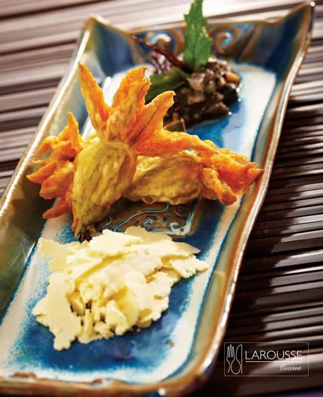 flores-de-calabaza-capeadas-rellenas-de-quesos-con-huitlacoche-001-larousse-cocina