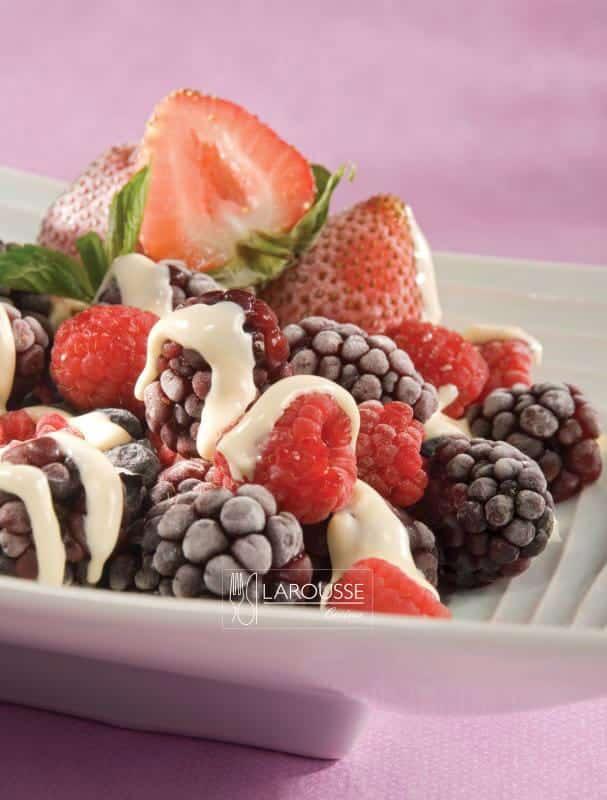 frutos-del-bosque-con-salsa-tibia-de-chocolate-blanco-001-larousse-cocina