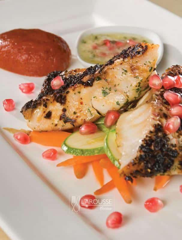 huachinango-con-costra-de-tres-chiles-pure-de-mamey-y-vinagreta-de-pina-hierbabuena-granada-y-vainilla-001-larousse-cocina