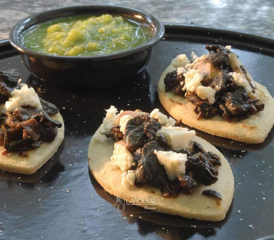 huaraches-con-cuitlacoche-001-larousse-cocina