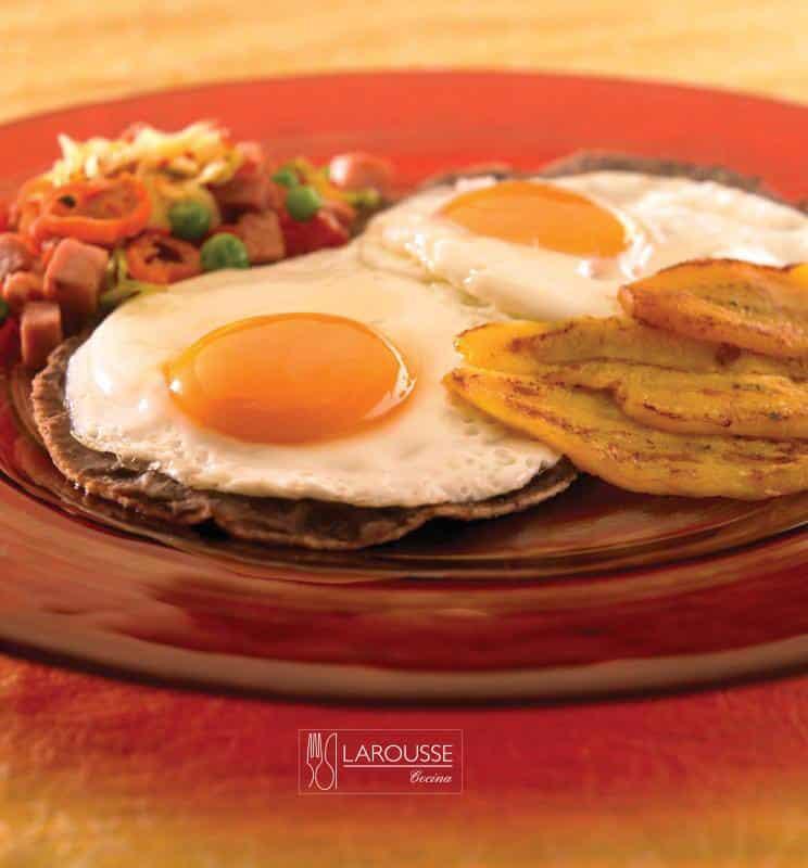 Huevos motuleños ⋆ Larousse Co...