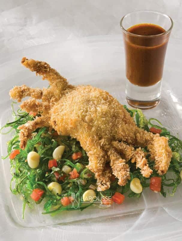 jaiba-desnuda-dorada-sobre-ensaladita-de-elote-y-tomate-con-vinagreta-de-ancho-y-curry-001-larousse-cocina