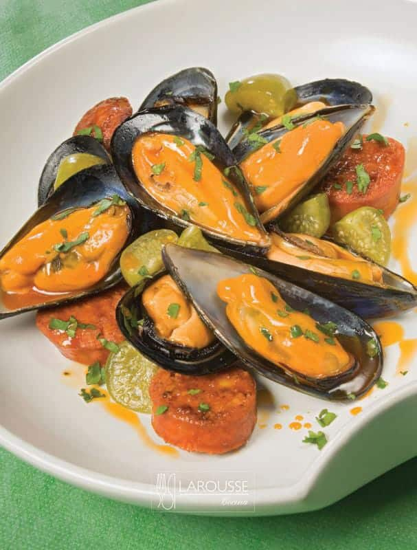 mejillones-a-los-seis-chiles-con-chorizo-001-larousse-cocina