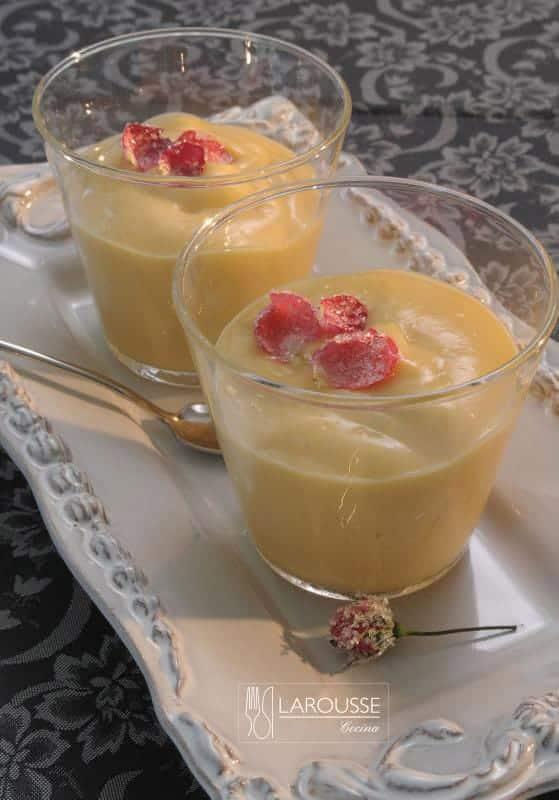 natilla-con-petalos-de-rosa-y-miel-de-agave-001-larousse-cocina