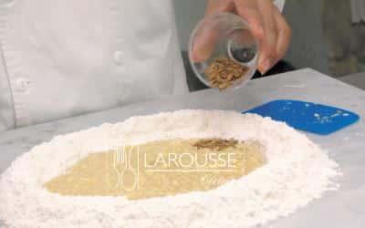 <p>Agregue la canela y mezcle todo con la harina.</p>