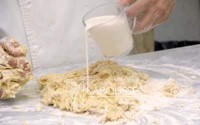 <p>Conforme integra los ingredientes, vierta poco a poco laleche según la necesite. Amase la preparación hasta queobtenga una masa que se despegue de la mesa y de susmanos. Engrase un recipiente, coloque en él la masa y déjelareposar hasta que duplique su volumen.</p>