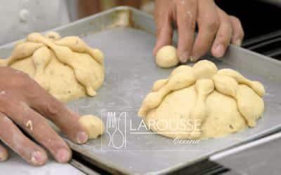 <p>Acomode las canillas sobre el pan de manera cruzada y peguelas bolitas centrales con un poco de agua.</p>