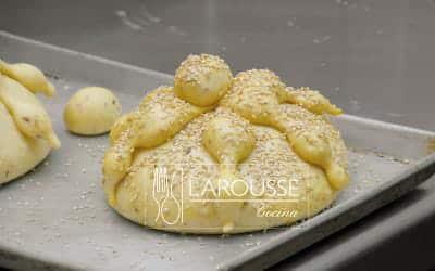 <p>Precaliente el horno a 180 ºC. Barnice los panes con el huevorestante, espolvoréelos con el ajonjolí y déjelos reposaren un lugar tibio durante 30 minutos.</p>