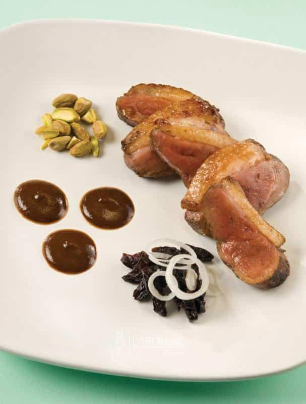 pechuga-de-pato-con-mole-de-ciruelas-y-nueces-001-larousse-cocina