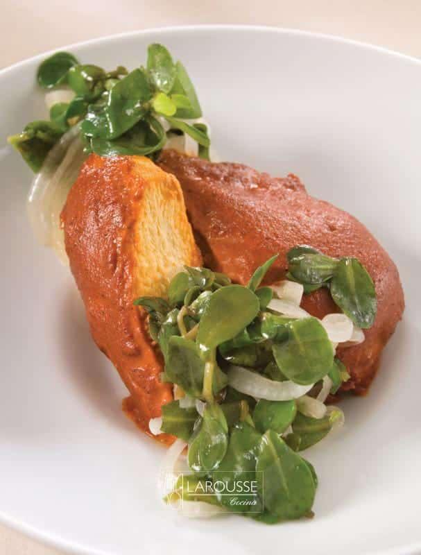 pechugas-con-adobo-de-guajillo-servidas-en-frio-con-verdolagas-001-larousse-cocina