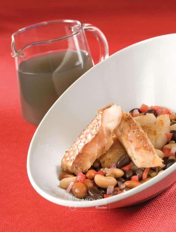 pescado-en-caldo-ahumado-con-ensalada-tibia-de-frijoles-001-larousse-cocina