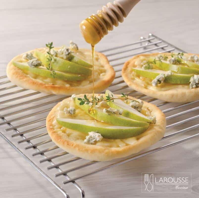 pizza-de-queso-azul-pera-y-miel-001-larousse-cocina