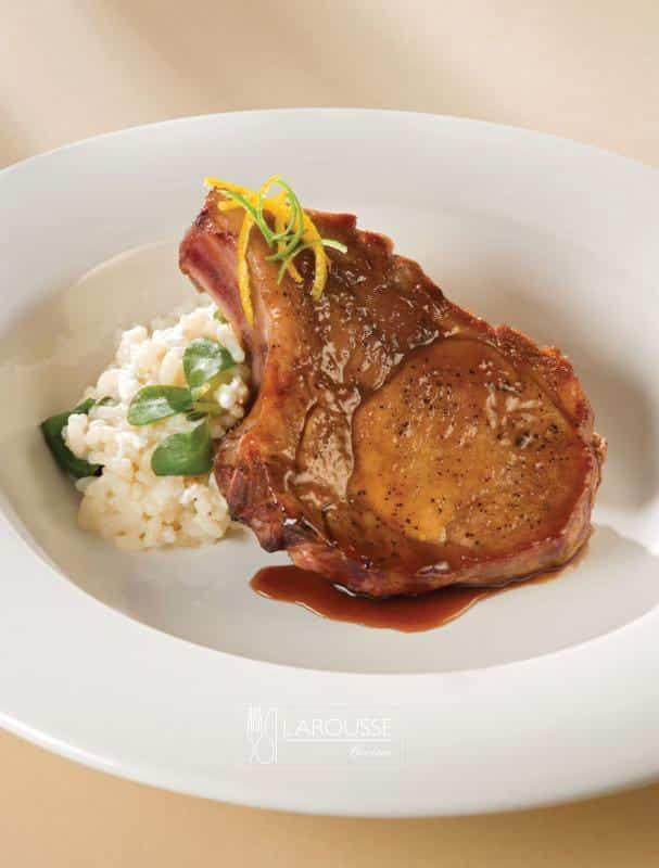 prime-rib-de-cerdo-con-laqueado-de-chipotle-citricos-y-miel-001-larousse-cocina