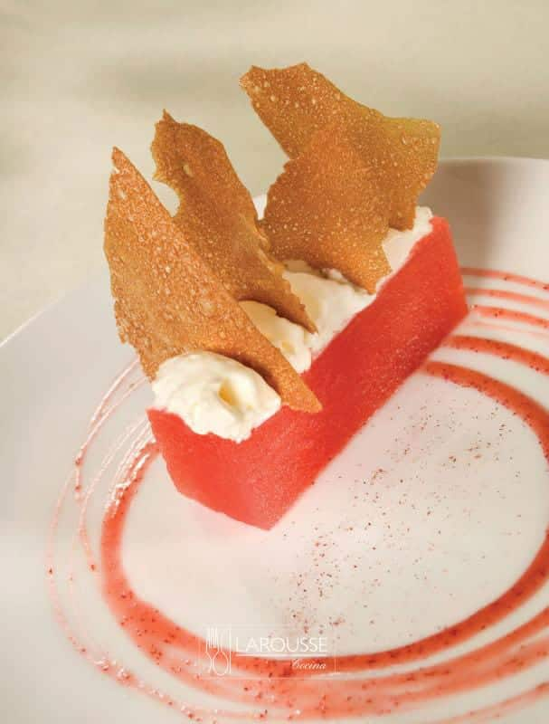 sandia-con-crujiente-de-arandano-001-larousse-cocina