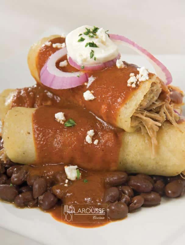 taquitos-de-pato-banados-con-coloradito-y-frijoles-de-la-olla-001-larousse-cocina
