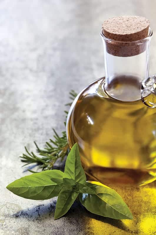 Foto: Aceite de oliva en aceitera de vidrio.© Shutterstock.