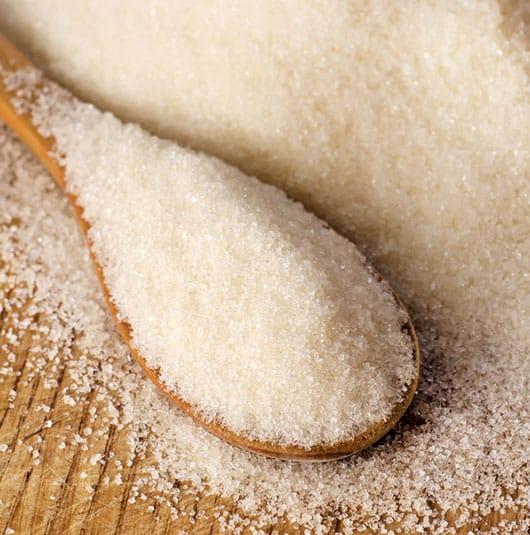 Foto: Azúcar en cuchara de madera. © Shutterstock.