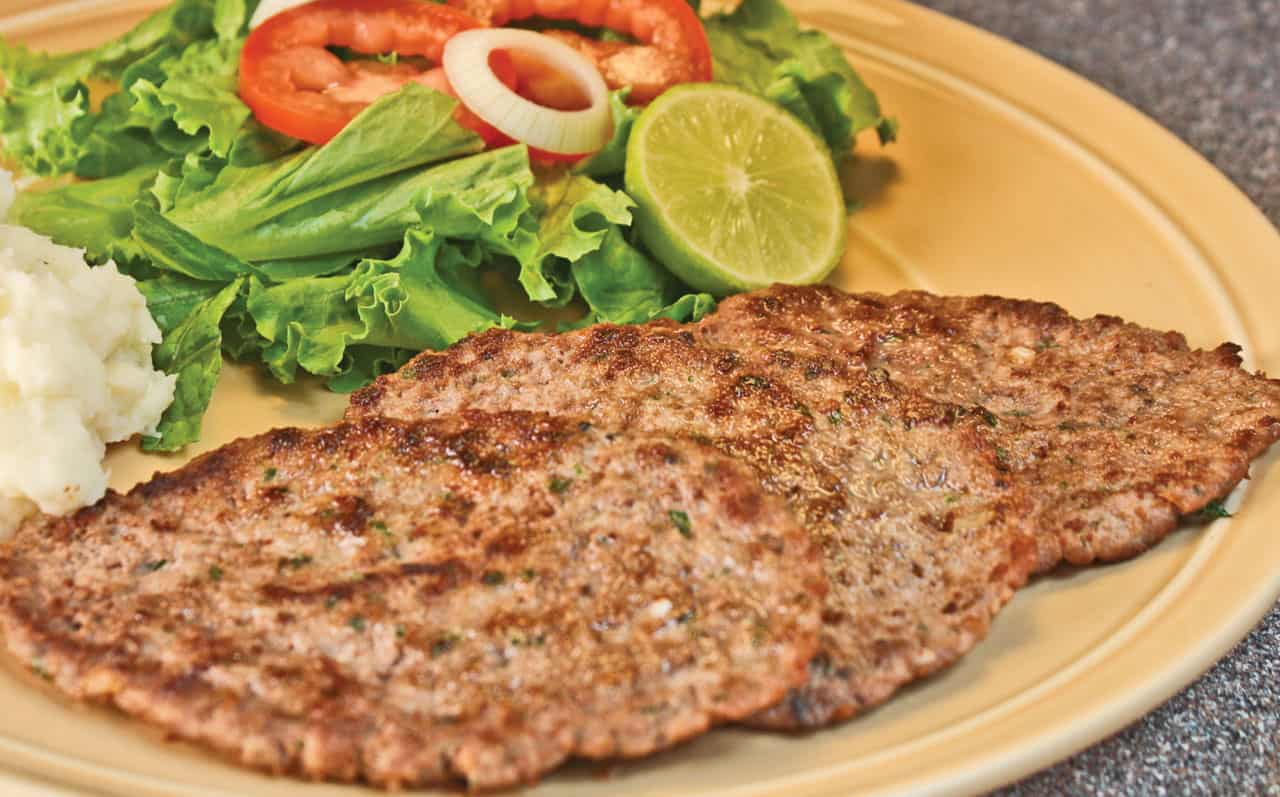 Foto: Bisteces de carne molida con ensalada. © Ediciones Larousse.