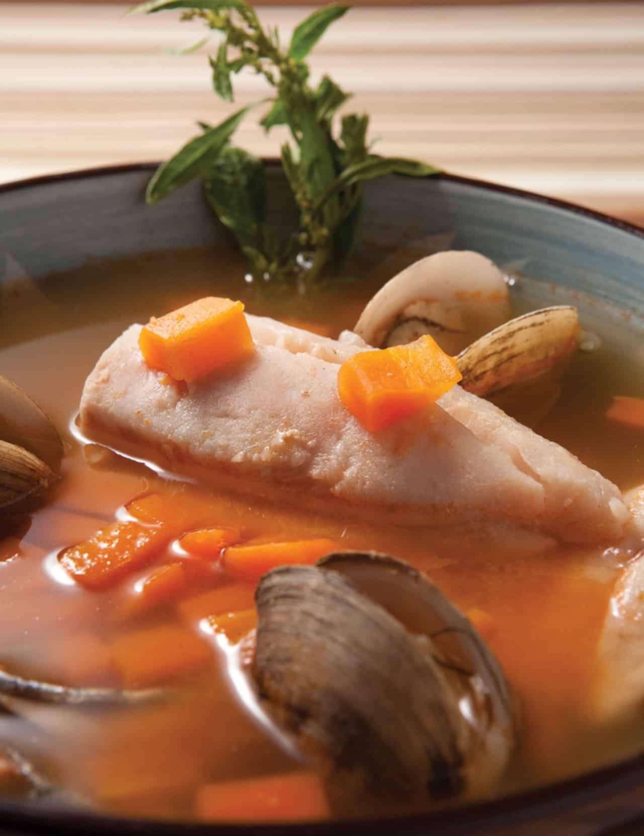 Foto: Caldo de pescado. © Ediciones Larousse / Francisco Palma