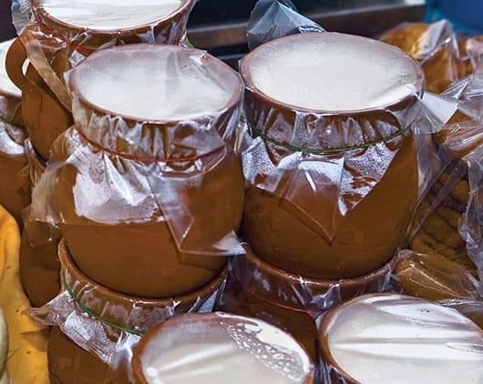 Foto: Crema en contenedores de barro. © Glowimages.