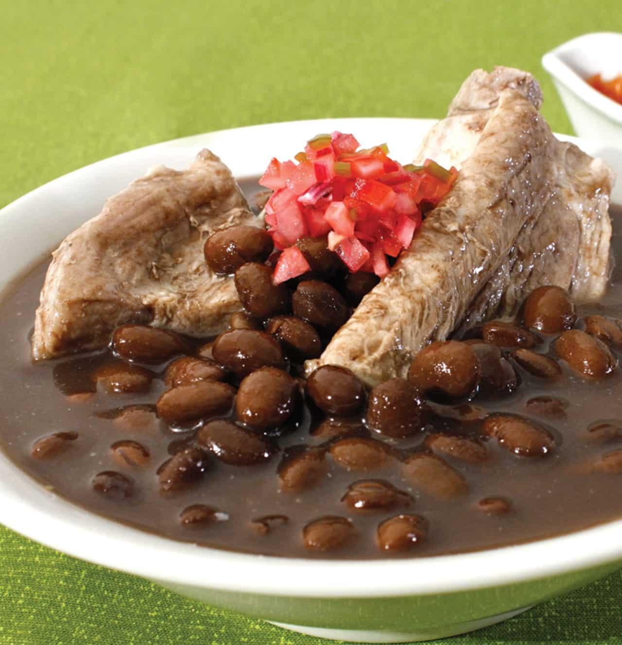 Foto: Platillo, frijoles con carne de puerco. © Ediciones Larousse.