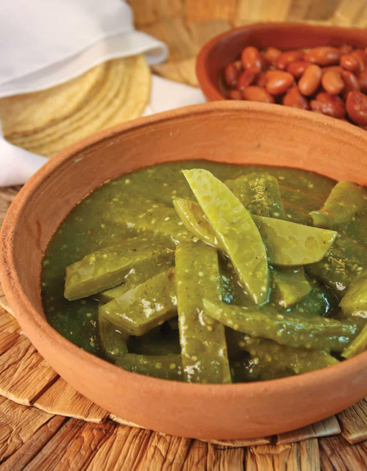 Foto: Nopales en salsa verde. (Archivo Gráfico Larousse).