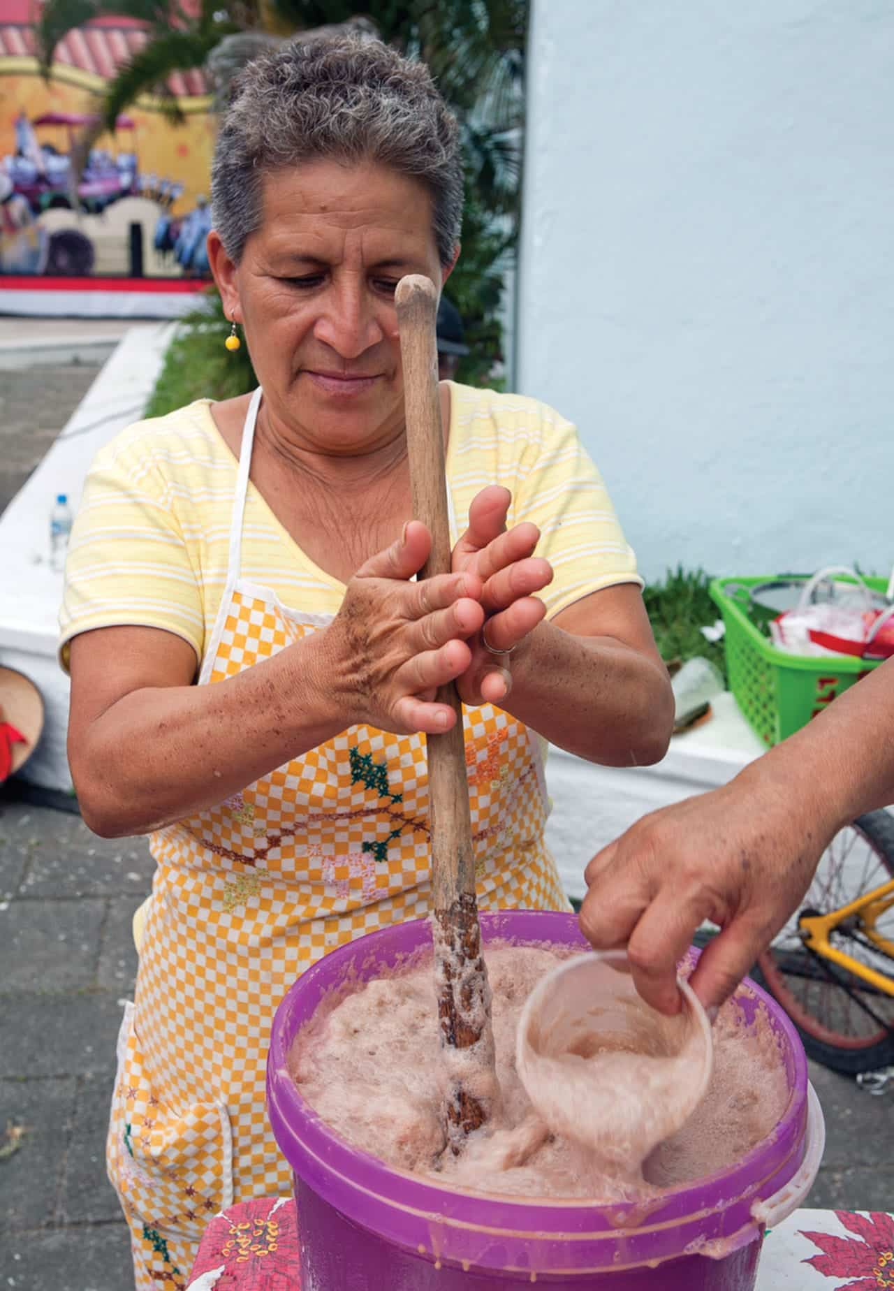 Foto: Mujer preparando popo. © Ediciones Larousse / Francisco Palma.