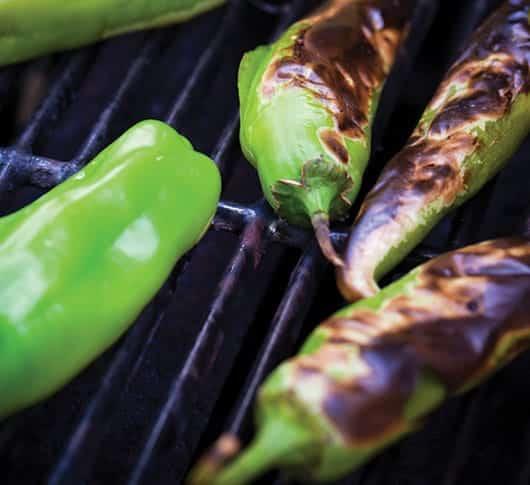 Foto: Chiles verdes en parrilla. © Shutterstock.