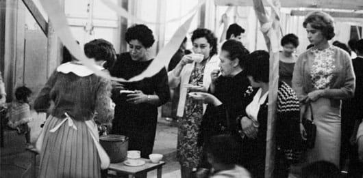 Foto: Mujeres comiendo tamales y atole en un puesto de Guanajuato, 1955. © Reproducción autorizada por el INAH.