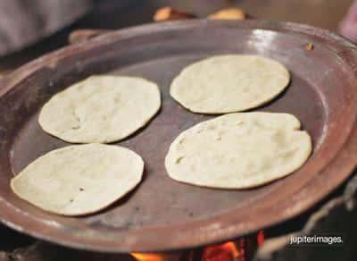 Foto: Tortillas en comal de barro. (Jupiterimages).