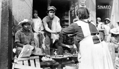 Foto: Trabajadores en un puesto de comida, ca. 1950. © Fototeca SINAFO. Reproducción autorizada por el INAH.
