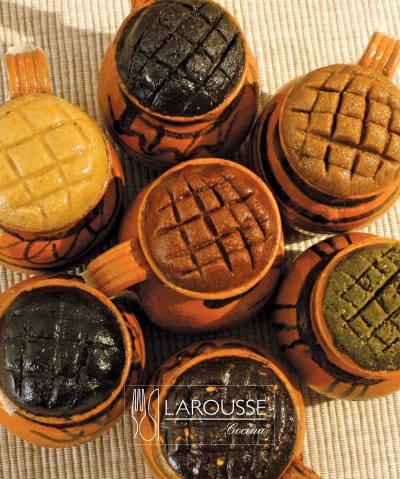 Foto: Mole en pasta en jarritos de barro. (Archivo Gráfico Larousse).