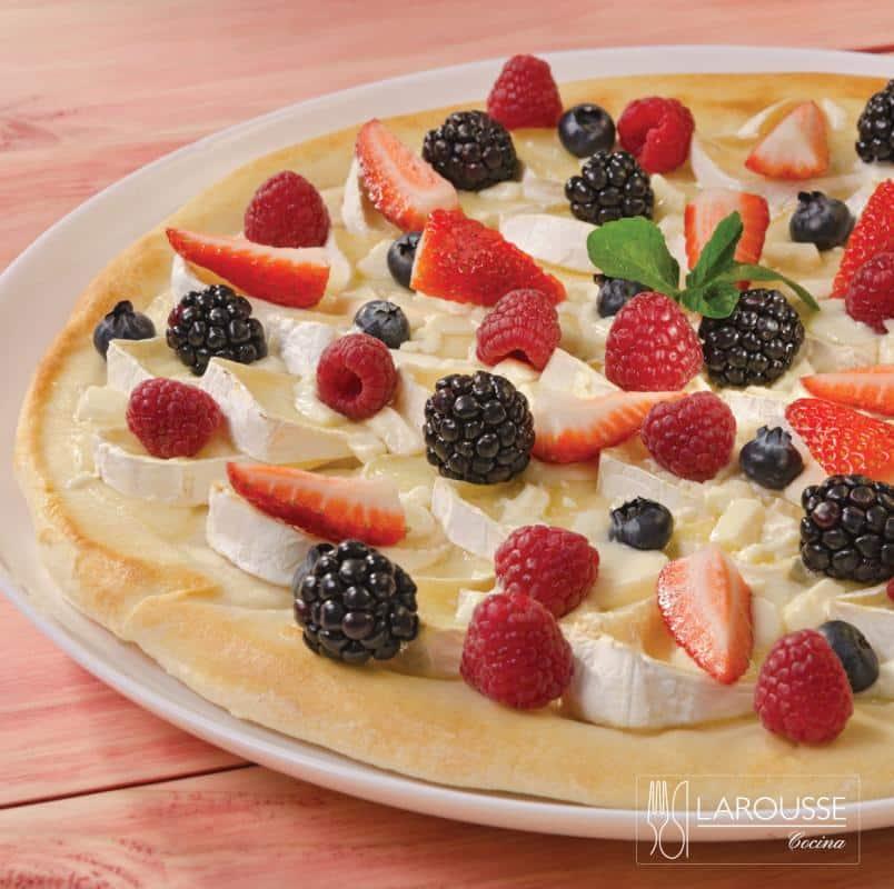 pizza-de-frutos-rojos-camembert-y-chocolate-blanco-001-larousse-cocina