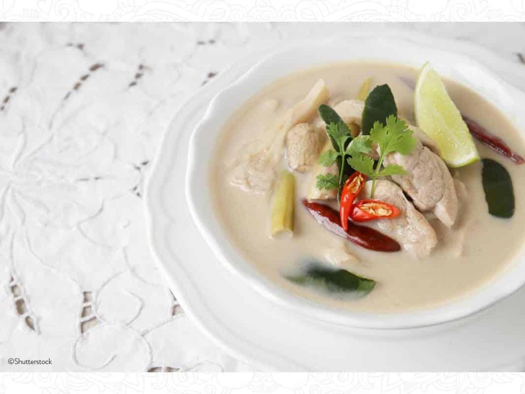 sopa-de-pollo-y-coco-001-larousse-cocina