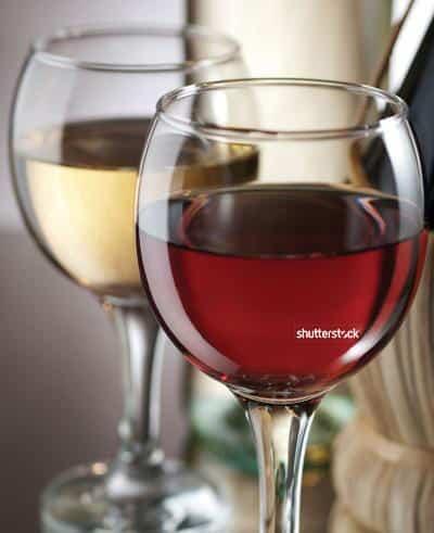 Foto: Vino blanco y vino tinto. © Shutterstock.