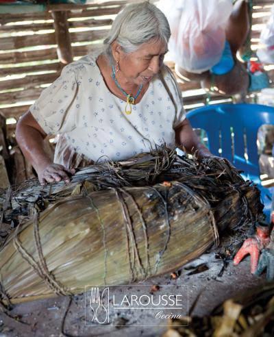Foto: Mujer cocinando zacahuil. © Ediciones Larousse / Francisco Palma