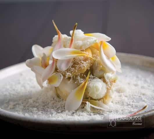 Tamal-de-maiz-tierno-con-crema-de-rancho-queso-salado-y-dulce-de-flores